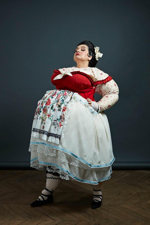 Marie Lenormand, comme prenant vie d'un tableau de Botero, brûle les planches. - Jérôme Pesqué, ODB-Opera.comPhoto: Fabrice Robin