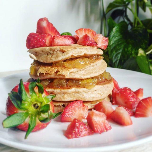 Tis one of those saturdays, pancake saturdays, that is. Have a great weekend you all! 😘 . . .  #sweetsensitivefree #foodblogger #foodblog #italianblogger #recipe #ricetta #glutenfree #glutenfrei #sansgluten #singluten #senzaglutine #dairyfree #eggfree #senzalatte #senzauova #celiac #veganpancakes #yummy #yummyrecipe #yum #saturdayvibes #strawberries #spring #lazy