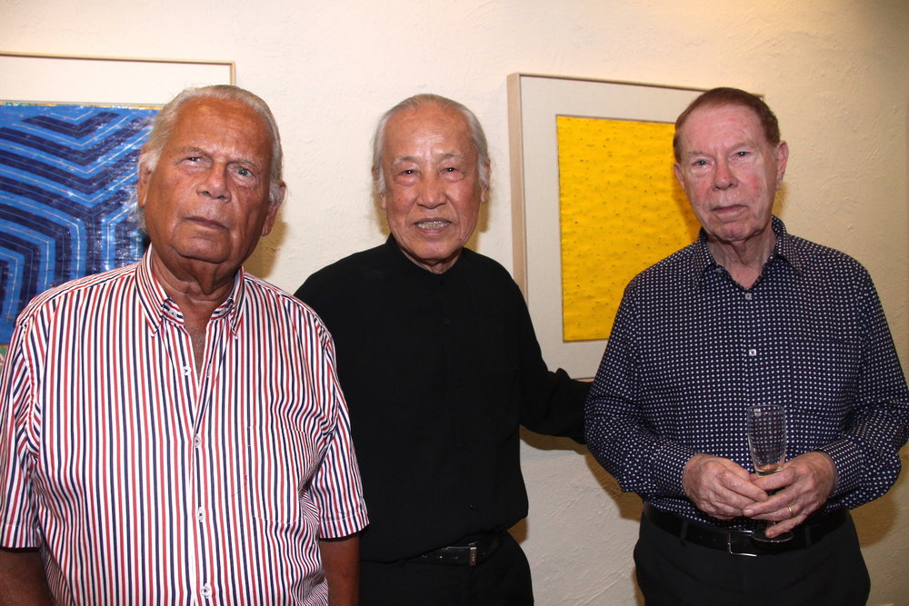 "Da esquerda para a direita, Sérgio Telles, Kazuo Wakabayashi e José Roberto Teixeira Leite na exposição ""Wakabayashi: Xogum de todas as cores e texturas"""