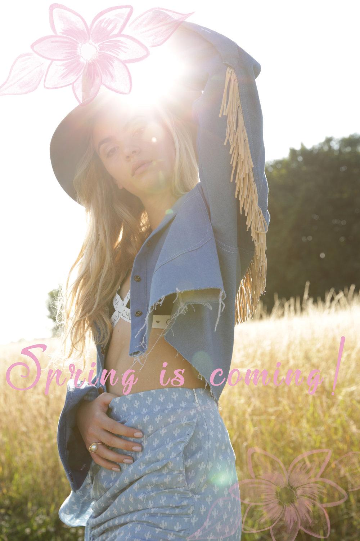 Our Spring Outfit - ENLet the sun shine!- with our Galore Jacketand his Fringe which are an essential of your Spring Styles -#CheymaGirlMaite wear it with our cute Cow Girl skirtfor an even more spring spiritFRLaissez entrer le soleil !- Grâce ànotre Galore Jacketet ses franges qui sont un incontournable de vos tenues printanières -#CheymaGirlMaite la porte avec Cow Girl skirtpour un look encore plus solaire