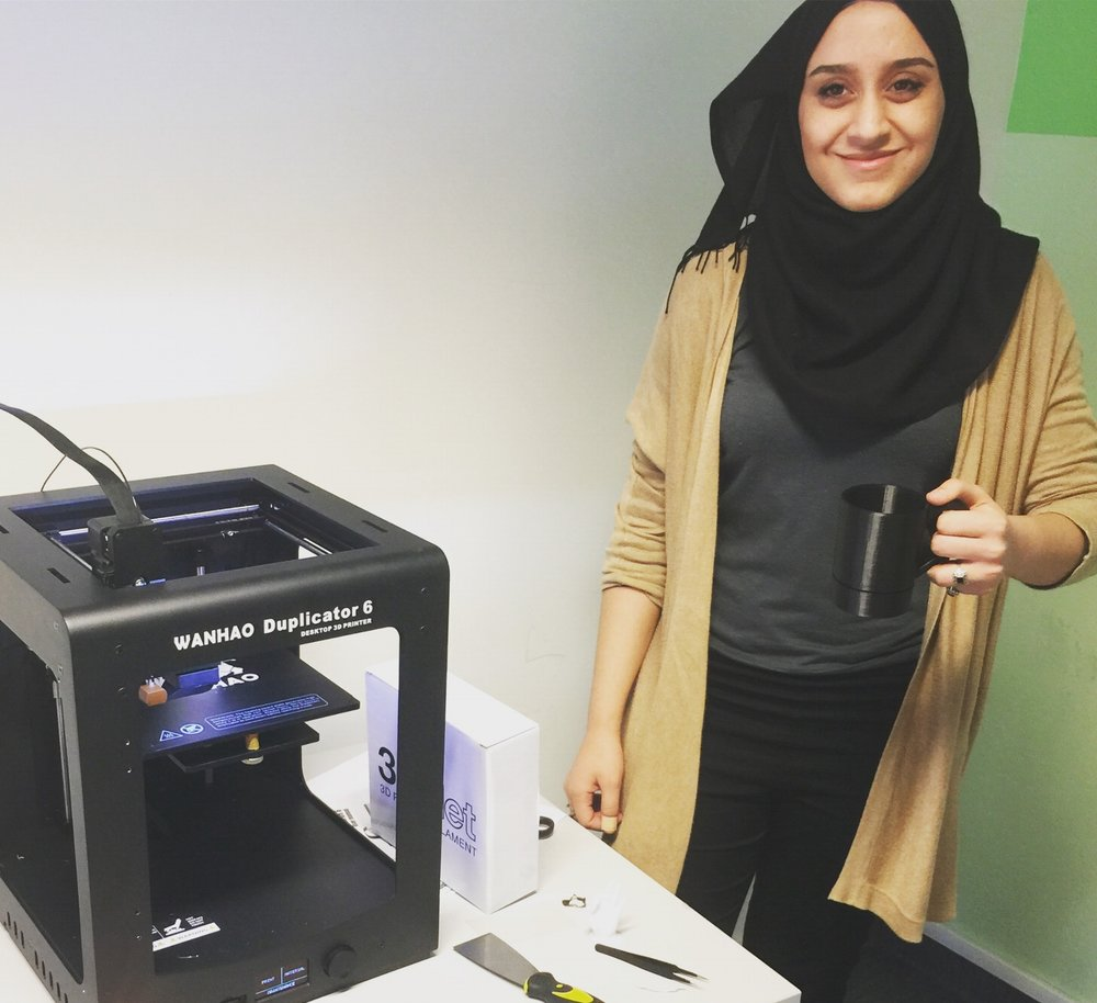 Seema og resten av ungdomsbedriften Nytt og Nyttig satser på å printe nyttige produkter. F.eks. dryppfri kopp!