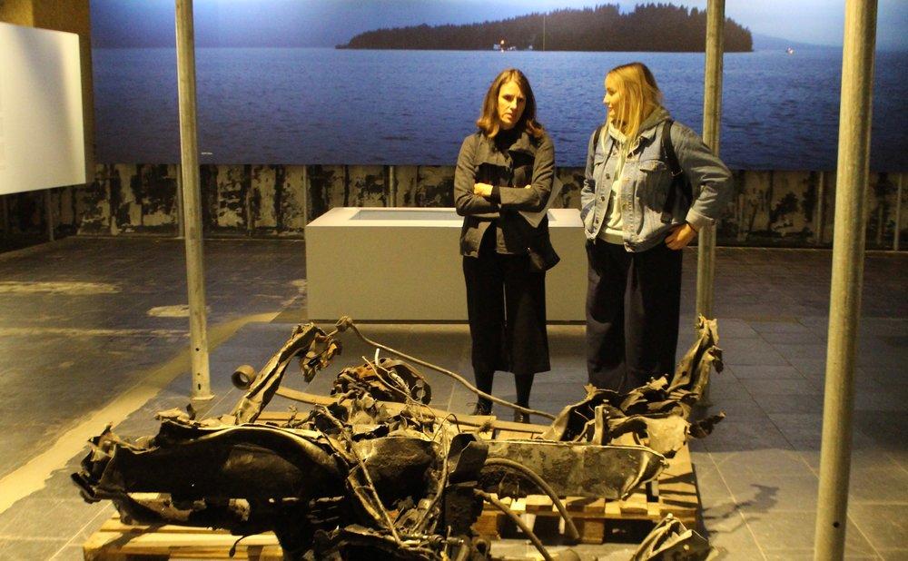 Restene av bombebilen Anders Behring Breivik parkerte utenfor regjeringskvartalet er blant gjenstandene lærer Magdalena og Constance og resten av HNH-elevene fikk se på 22. juli-senteret.