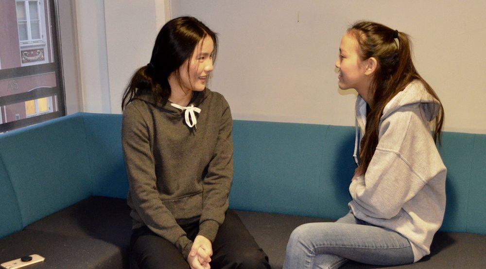 Victoria (t.v) og Camilla synes det er fint og litt trygt å ha en søster på skolen.