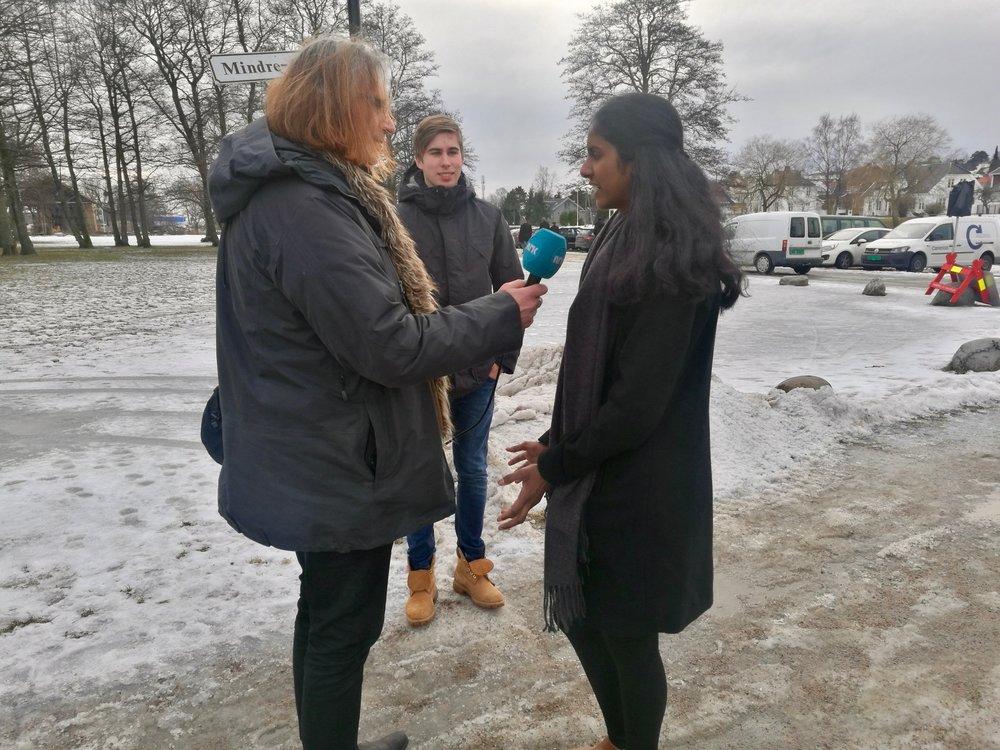 Shahana og Sebastian intervjues av NRK Østfold i etterkant av prinsessetreffet.