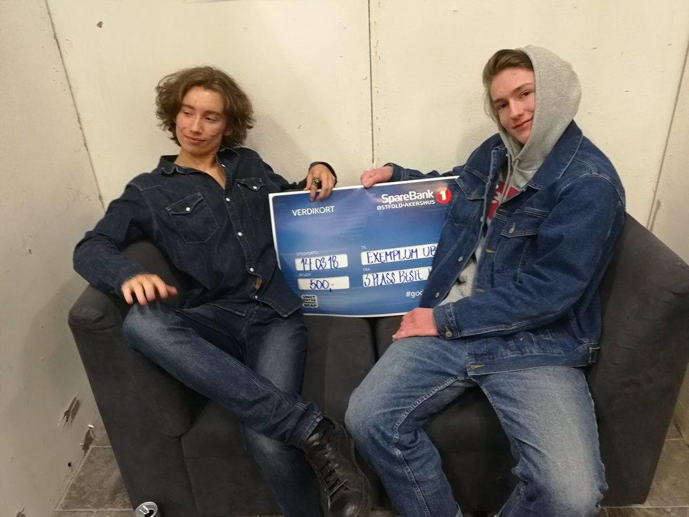 """Filip Borgen Andersen (t.v)og Eivind Tangedal og Milad Hamrah (ikke til stede) som står bak ungdomsbedriften Exemplum,ble belønnet med en tredjeplass i kategorien """"Beste logo""""."""