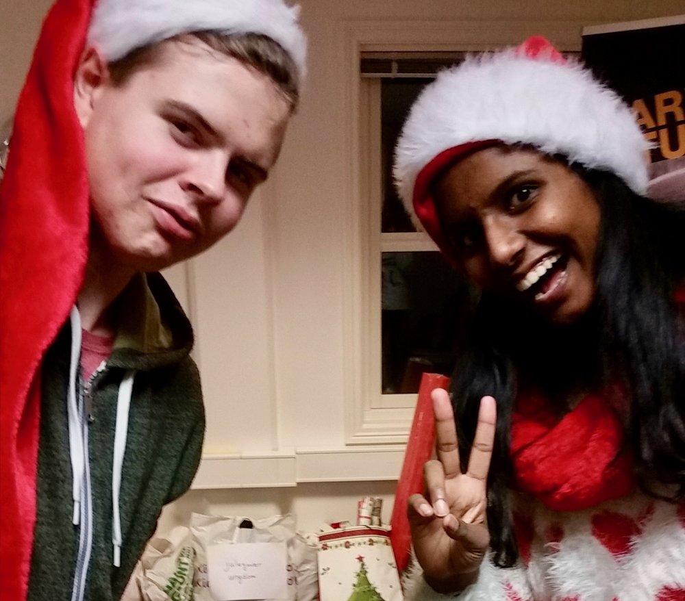 Eirik Kroka og Shahana Balakumaran tro til med pakkebånd og innpakningspapir da de jobbet som frivillige på Blå Kors før jul. Foto: Sebastian Helgesen