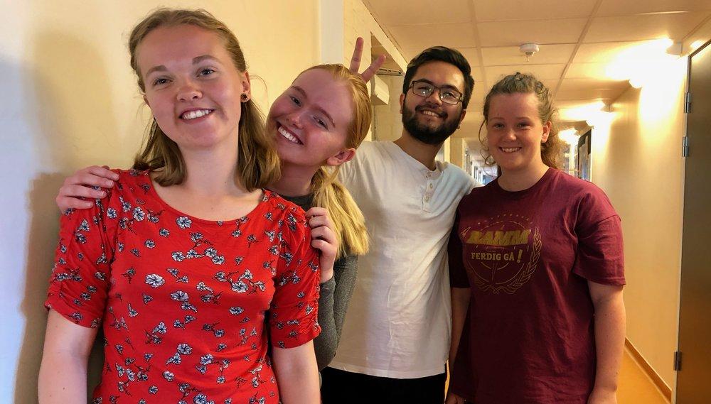 Malin Eriksen (t.v), Ingrid Arvesen, Samuel André Nybråten og Alice Hay råder nye elever til å stresse ned, etablere en god studieteknikk og ikke minst velge fag man interesserer seg for.