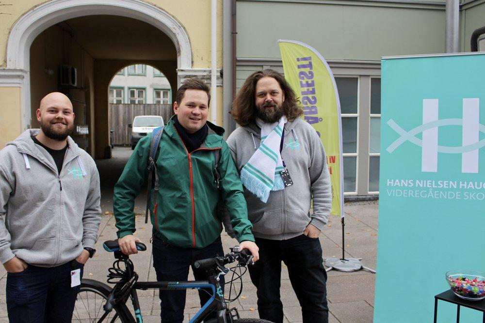 På plass i gågata! (F.v.: Sigvart Andersen, markedsføringslærer; Magnus Vøllo, tidligere ansatt og Einar Belck-Olsen, markedsføringskoordinator.)