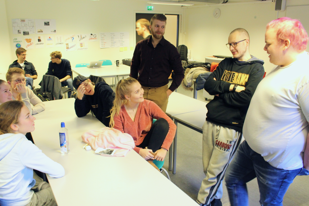 Elevene snakker med ungdommene fra Fontenehuset Rygge og får innspill på prosjektideene sine.