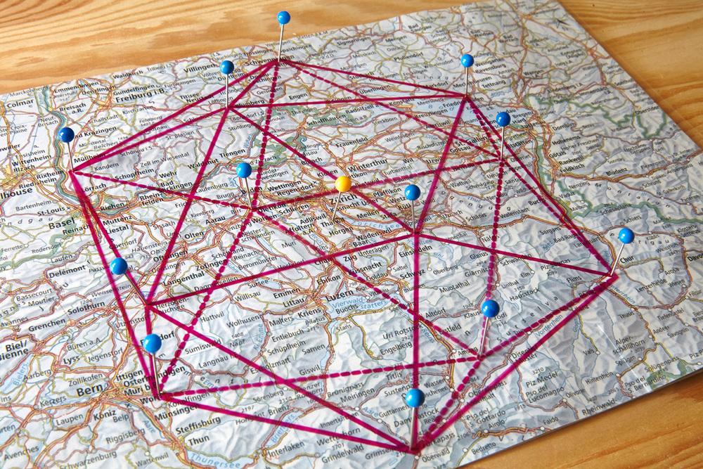 Der Grundriss des Ikosaeders auf der Landkarte mit Adliswil als Zentrum und den zwölf Eckpunkten, welche die Standorte der Fotos definieren.