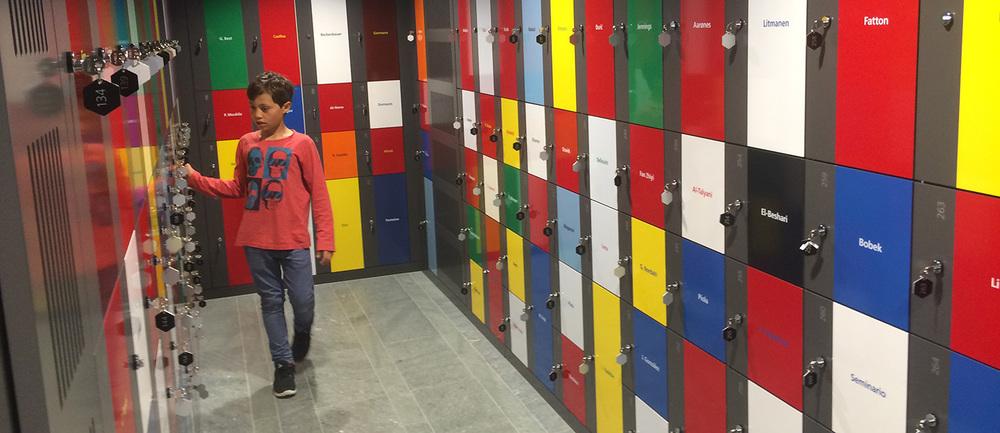 Der heimliche Höhepunkt für die kleinen und grossen Kinder im FIFA-Museum: Die Garderobekästen mit legendären Fussballernamen.
