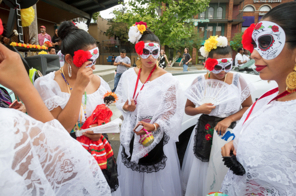 Overton Square welcomes the Cavateatro Bilingual Theatre Group for a remarkable Dia De Los Muertos parade, complete with fabulous costumes and amazing floats