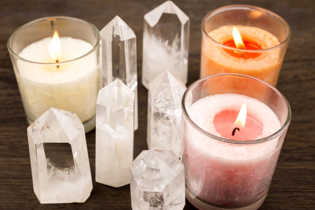 水晶の結晶とグラスキャンドル