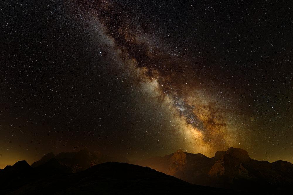 Panorama de 20 clichés (94 mégapixels, 11168 x 8430 pixels avant recadrage), ISO 1600 pour le ciel et 6400 pour le sol, 30s, f/1.8, Canon 5D Mark III, Tamron SP 35 mm f/1.8, Star Adventurer