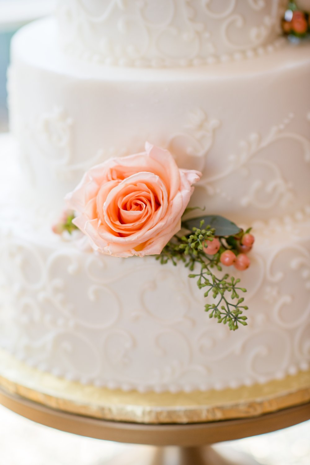 Hillcrest Country Club Wedding  | Indiana Wedding Venues | White and coral wedding cake with roses