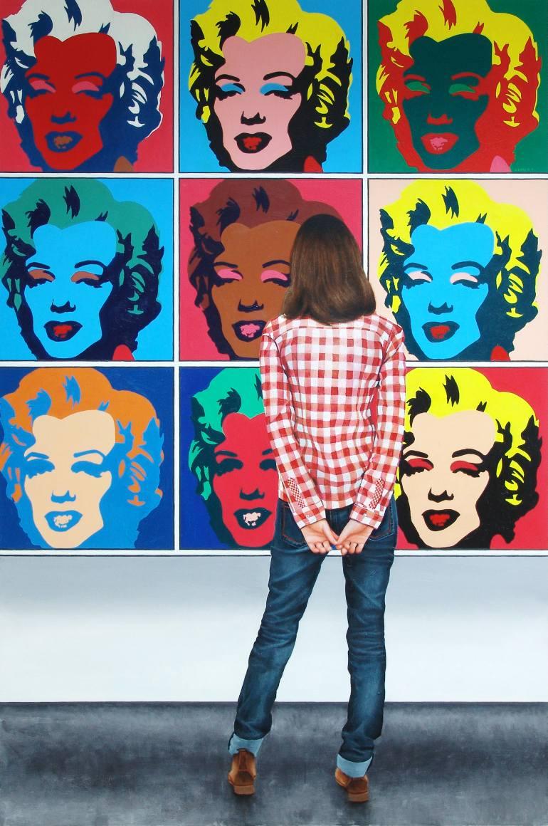 Andy Warhol était l'un des artistes les plus influents de la seconde moitié du XXe siècle, créant certaines des images les plus reconnaissables jamais produites. Contestant les visions idéalistes et les émotions personnelles véhiculées par l'abstraction, Warhol a adopté la culture populaire et les processus commerciaux pour produire un travail qui attirait le grand public. Il fut l'un des pères fondateurs du mouvement Pop art, défiant la définition même de l'art. Ses prises de risques artistiques et son expérimentation constante avec ses sujets et les médias ont fait de lui un pionnier dans presque toutes les formes d'art visuel. Son sens non conventionnel du style et son entourage célèbre l'ont aidé à atteindre le statut de méga-star auquel il aspirait.