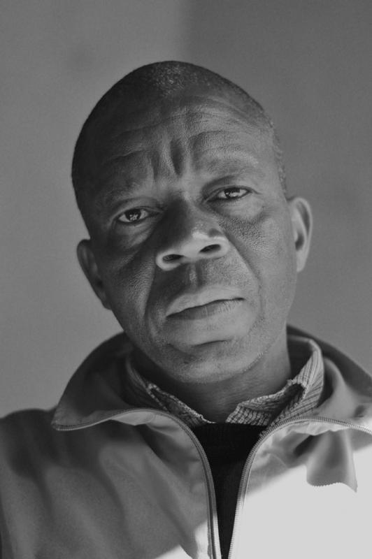 Andrew Tshabangu est un photographe africain né en 1966 à Johannesburg, Afrique du Sud. Sa formation se fait en Institut pour l'avancement du journalisme en 1998 et au centre d'art Alexandra Community à Johannesburg.