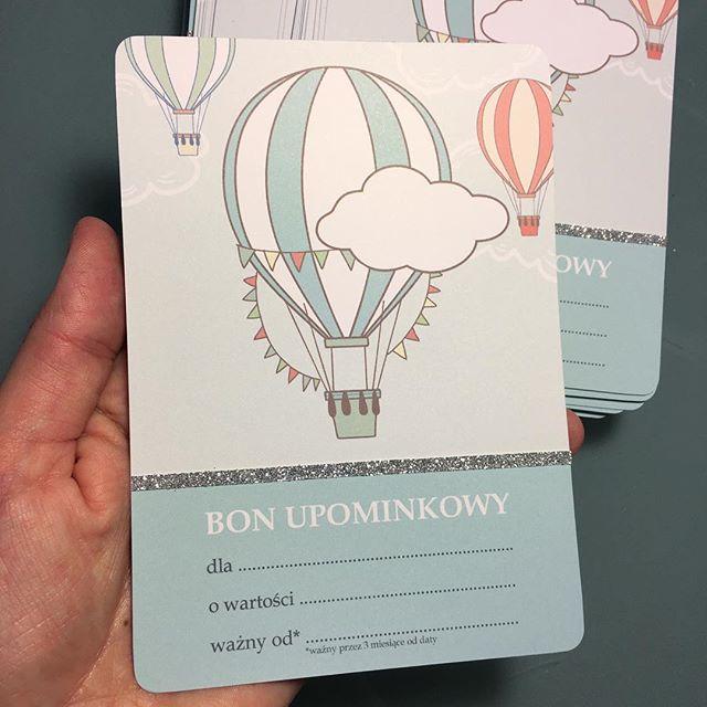 Bon ze srebrnym dodatkiem. Takie ozdobniki mogą znaleźć się na waszych zaproszeniach i innych cudnych dodatkach :-) #bon #kartaupominkowa #butikmalucha @aga.butikmalucha #zaproszenia #dekoracje #zaproszenie #balon #hotairballoon #socutepl
