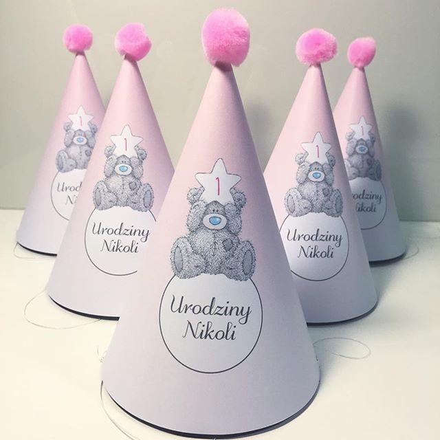 Czapeczki cieniowane ze słodkim szarym miśkiem. #czapeczki #partyhats #hats #partytime #różowe #słodko #cute #socutepl