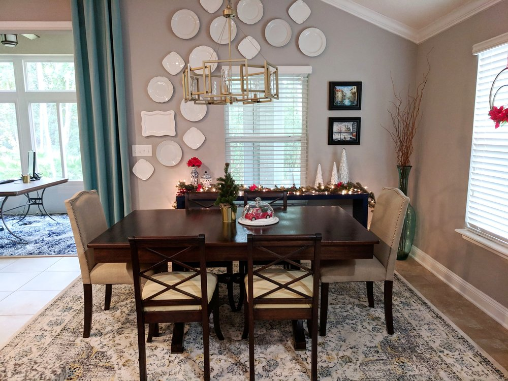 A Holly Jolly Dining Room