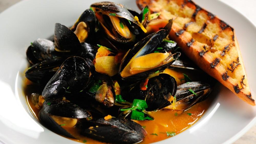 steamed-mussels-with-wine-and-saffron-mscs108_horiz.jpg