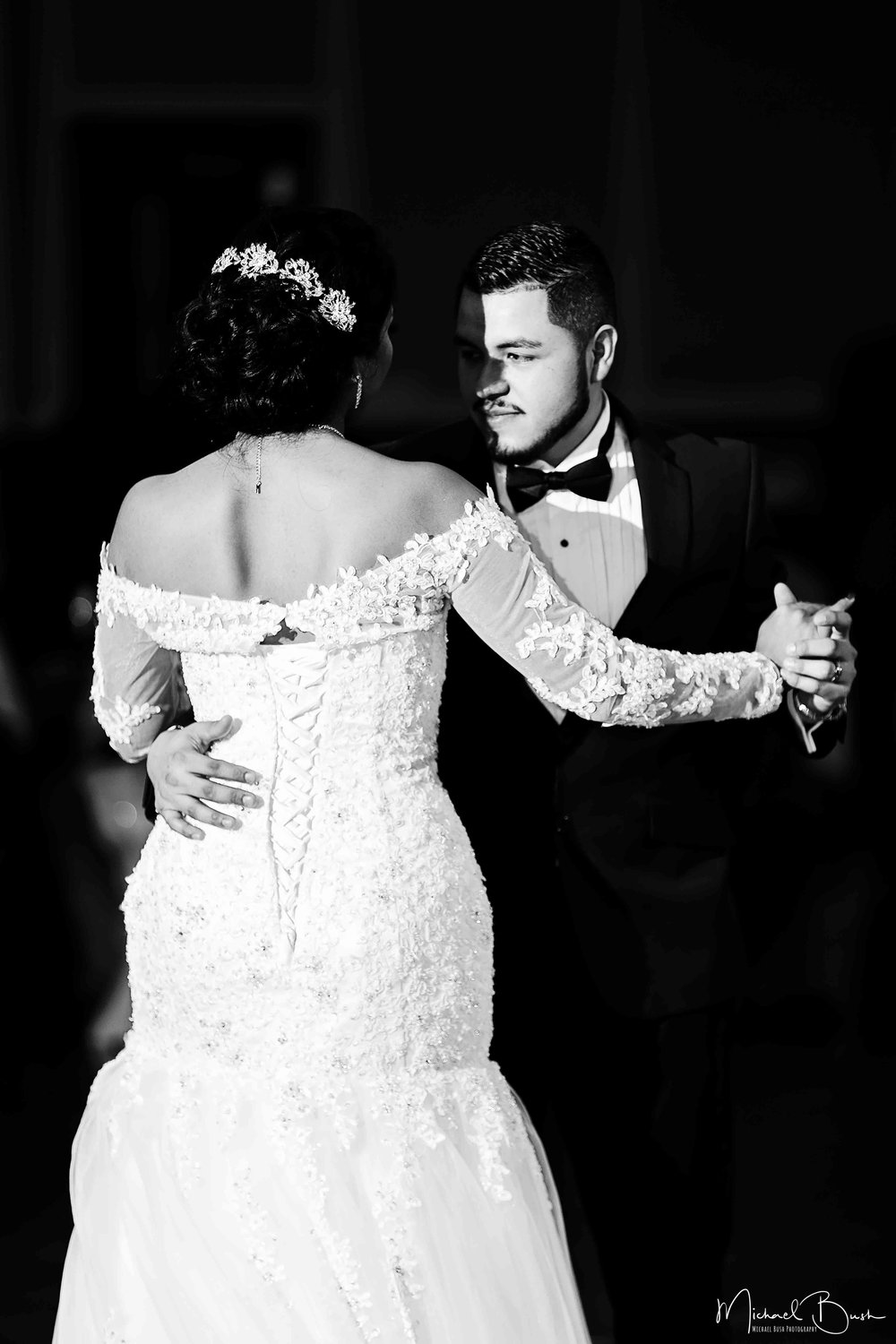 Wedding-Reception-Detials-Fort-Worth-Venue-first-dance-kiss-b&w-love.jpg