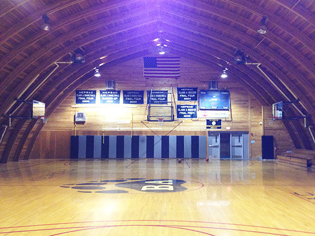 Vintage gymnasium as location for a wedding shoot? Sure!