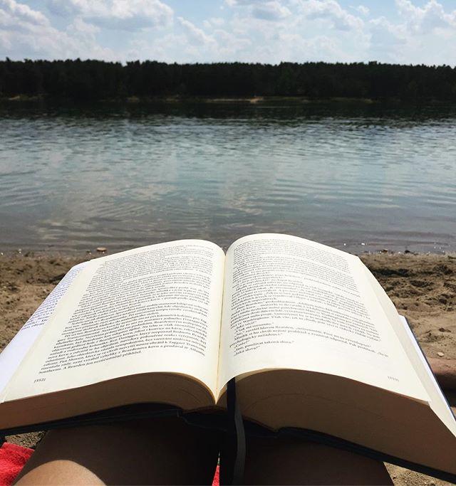 """Dnes na jedničku ☀️ Na mojej webstránke www.VladimiraSebova.com nájdete v novom blogu video, v ktorom slovenskí autori a známe osobnosti odporúčajú knihy. Ja hovorím práve o tejto """"knižočke"""" 😊 #dnescitam #tipnaknihu"""