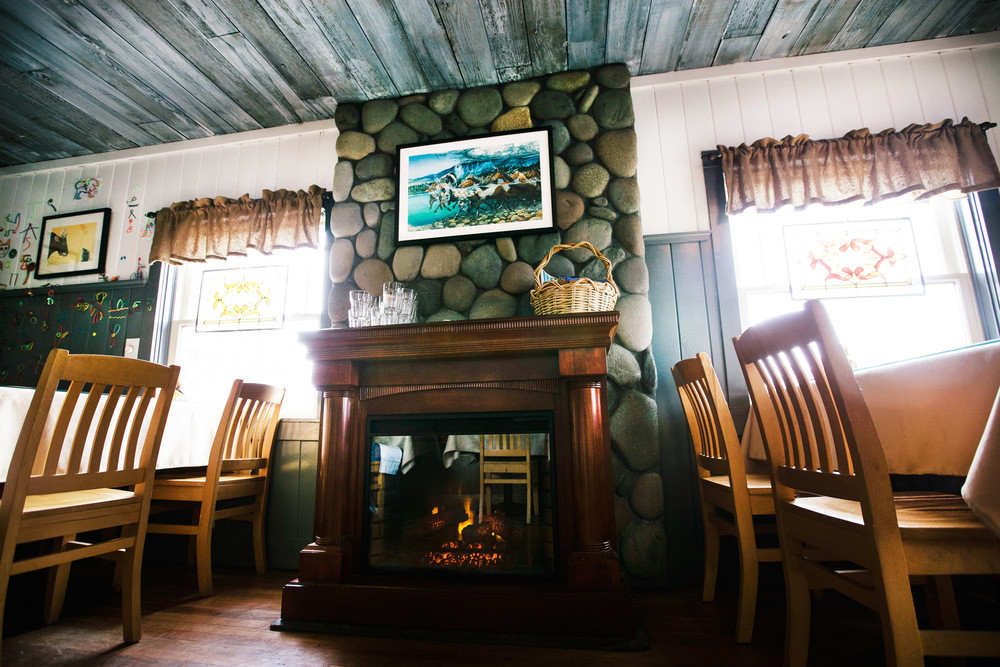 breakfast-and-lunch-fireplace-cozy-cottage-cottonwood-cafe-sisters-oregon.jpg