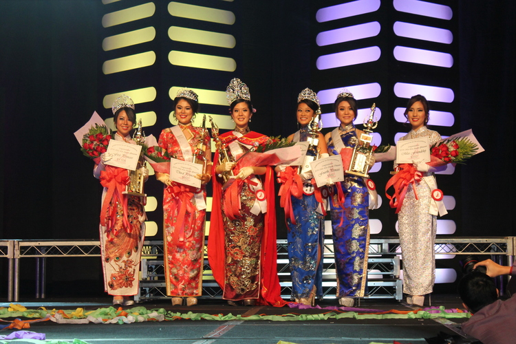 From left to right: Third Princess Diana Ly, First Princess Everlyn Chen, Queen and Miss Photogenic Katrina Lee, Second Princess Dorothy Wong, Fourth Princess Qian Ru (Jennifer) Jiang, and Miss Friendship Becky Lam.