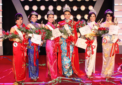 From left to right: Miss Friendship Elizabeth An, Third Princess Annie Wong, Second Princess Christina Yang, Queen Wendy Shu, First Princess and Miss Photogenic Kellye Ng, and Fourth Princess Amber Phung.