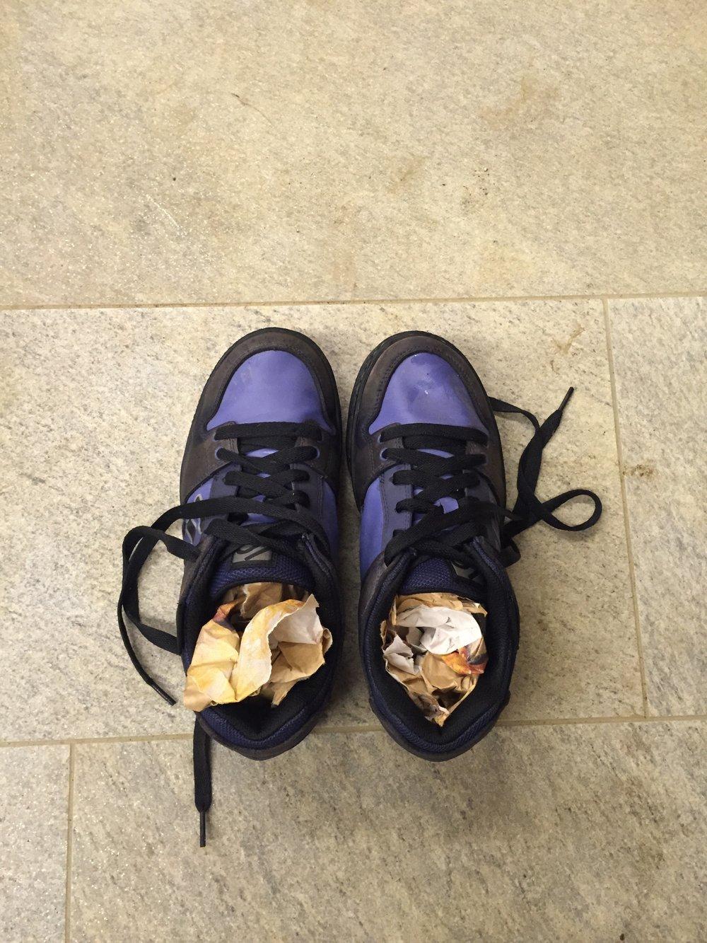 Mit Mehlsäcken aus Papier haben wir auf einer Hüttentour letzten Sommer unsere Schuhe getrocknet - oder eher versucht zu trocknen. Am nächsten Morgen waren die Schuhe immer noch nass...