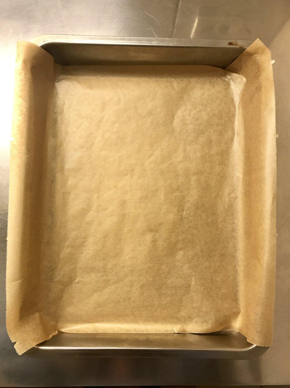 Kuchenform mit Backpapier auslegen