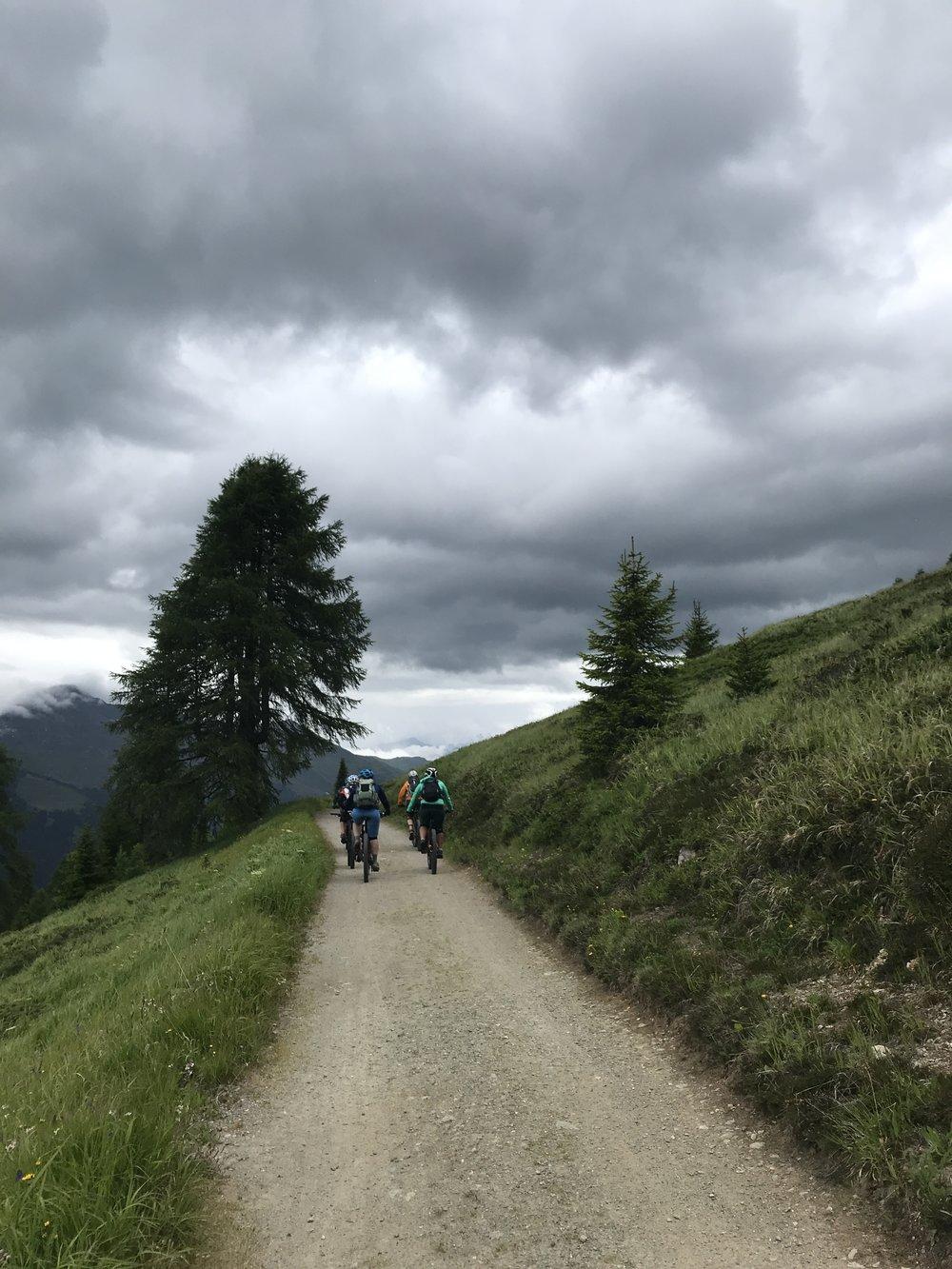 Ein bisschen bergauf pedaliert sind wir trotz Bahnunterstützung