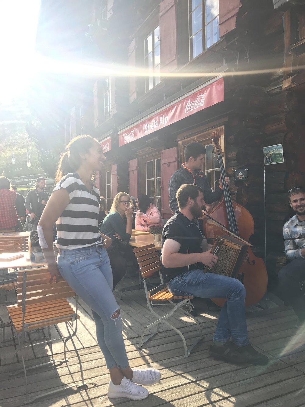 Auf der Hütte werden wir mit Musik begrüsst <3