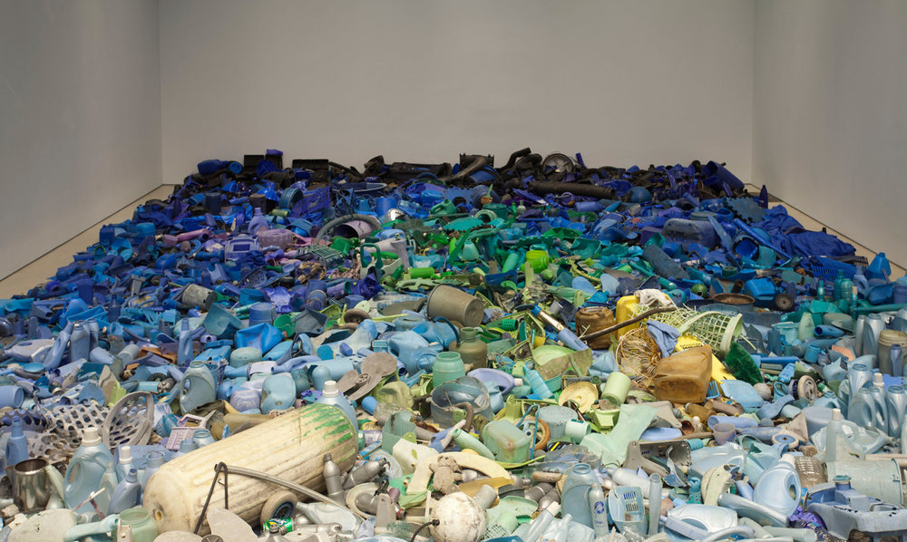 Tony Capellán, (Dominican Republic, born 1955) Mar invadido / Invaded Sea, 2015. Found objects from the Caribbean sea, 360 x 228 inches. Courtesy of the artist