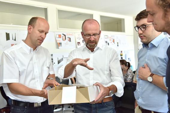 v.l.n.r.:Klaus Grießhammer, Technik; Thorsten Zwenzner, Leiter Produktmanagement Office Furniture Systems; Maximilian Wies, Produktmanagement