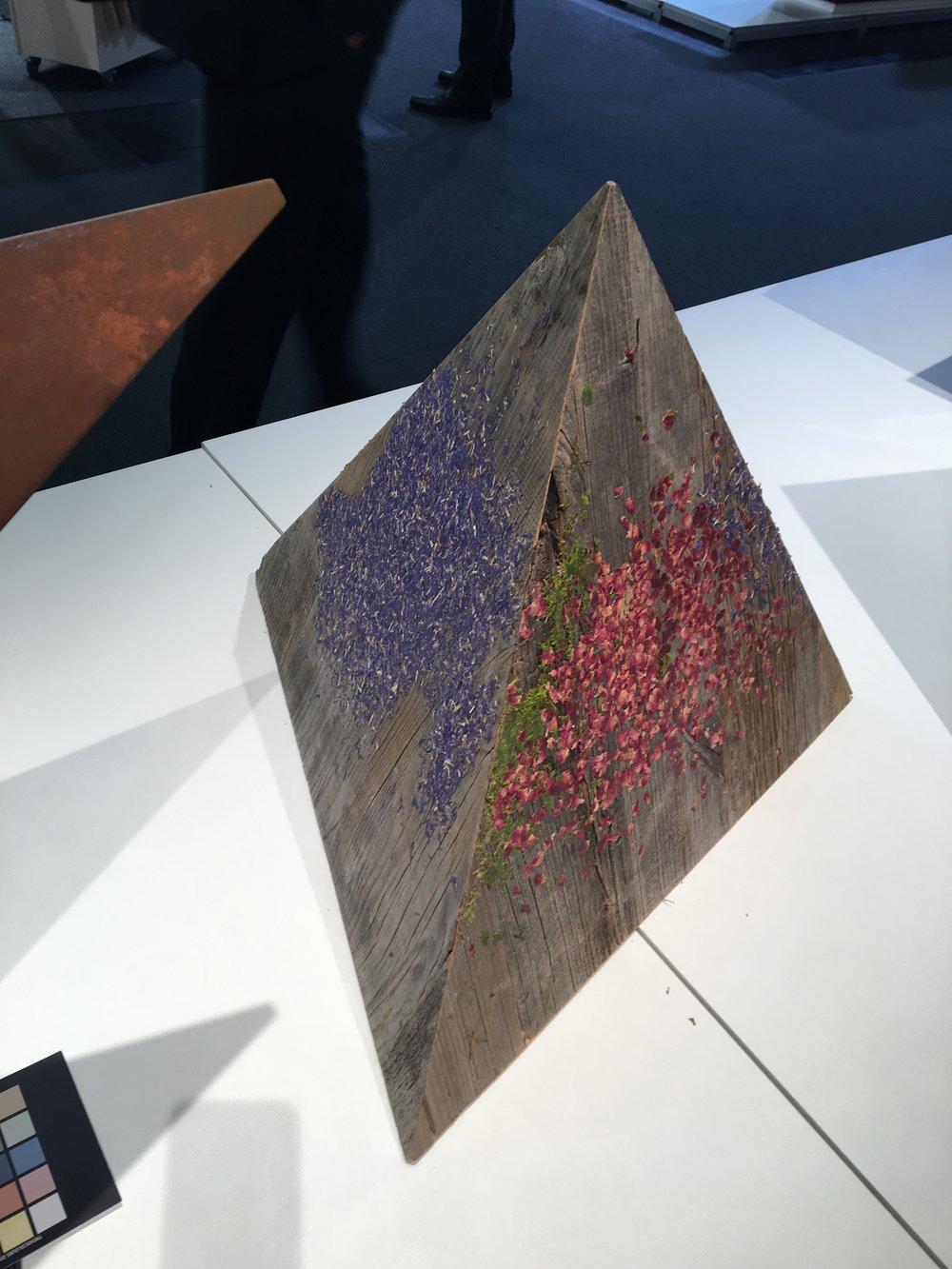 Individualität für Naturfreunde: Organoid Technologies arbeitet mit natürlichen Materialien, hier mit Kornblumen, Rosenblüten und Moos auf antikem Holz.