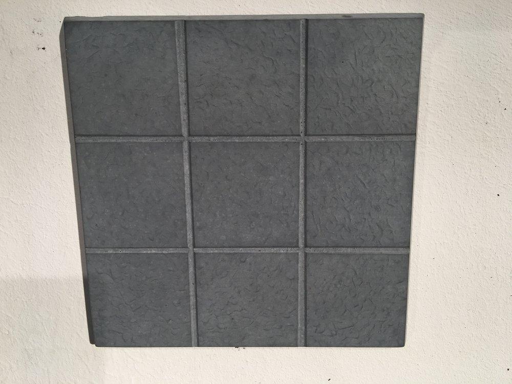 Sieht schlicht aus, ist doppelt nützlich: In diesem Beton von Magment sind magnetische Partikel recycelt. So können zum Beispiel Elektroautos während der Fahrt aufgeladen werden.