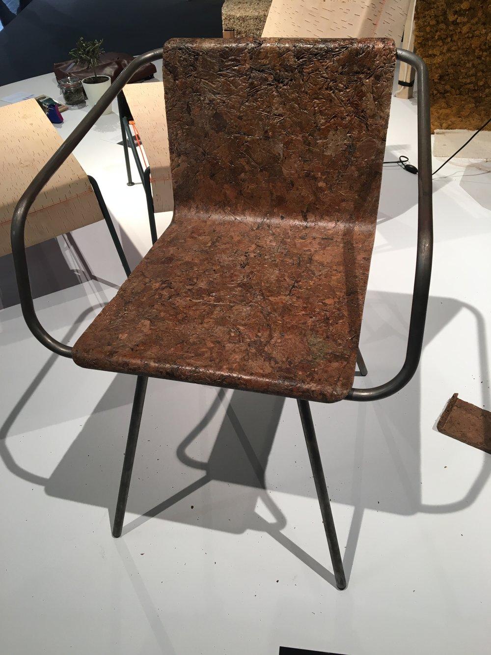 Vom Baum gefallen: Für seinen Beleaf Chair nutzt Simon Kern die Laubabfälle der Großstadt. Die Blätter werden in einem speziellen Verfahren so gehärtet, dass man ohne Sorge drauf sitzen kann.