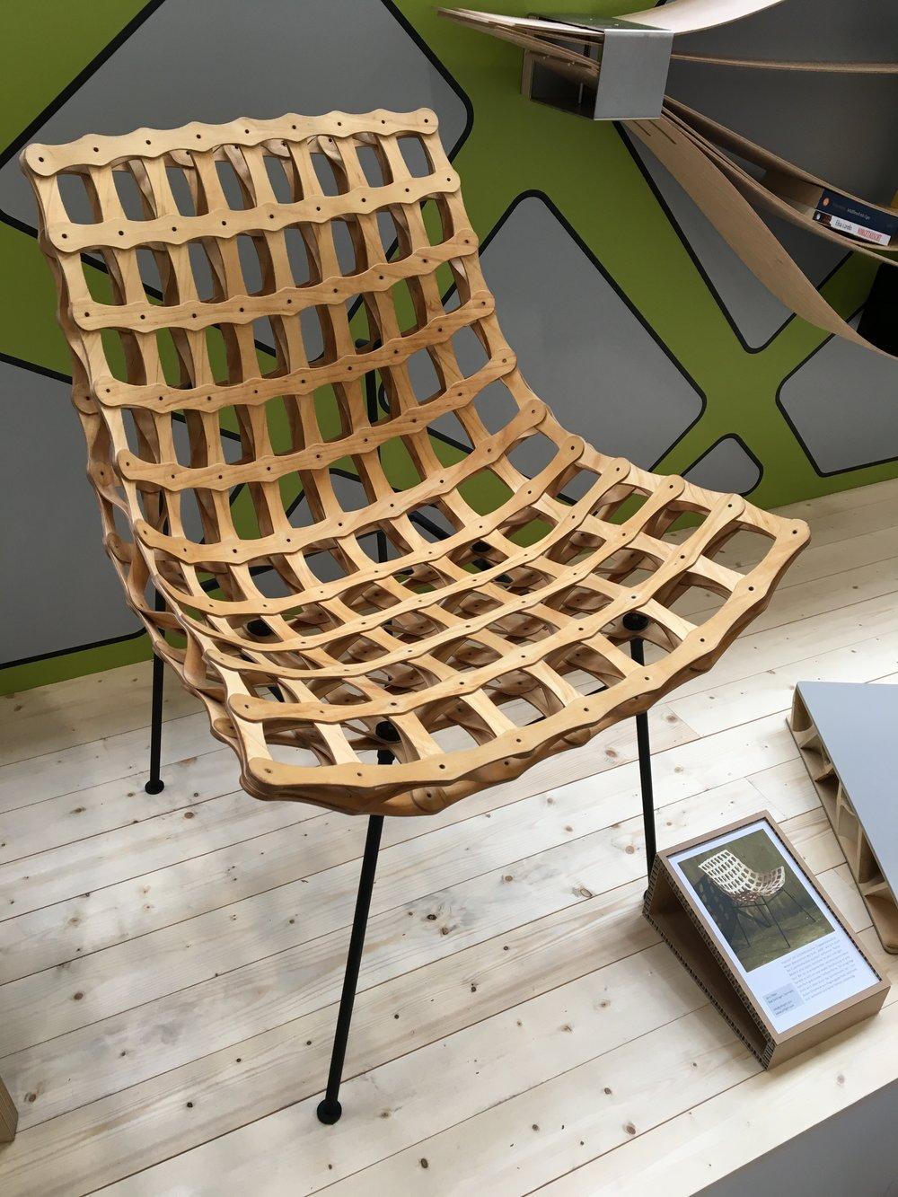 """Jens Otten hat sich für seinen Stuhl """"ee08"""" von architektonischer Tragwerkskonstruktion inspirieren lassen. Das Resultat: ein leichtes, materialsparendes Designstück."""