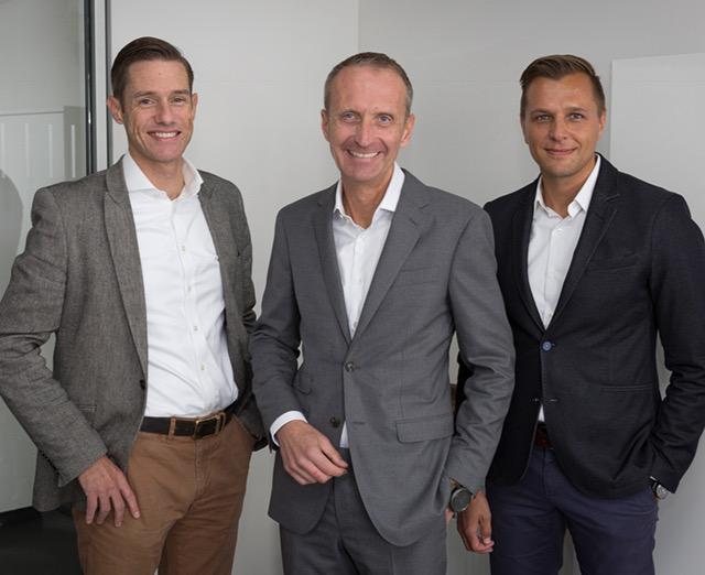 V.l.n.r.: William Christensen, CMO und Mitglied der Gruppengeschäftsleitung bei REHAU, Andreas Haupt, neuer Leiter der Unternehmenskommunikation bei REHAU, sowie dessen Vorgänger Klaus Gollwitzer