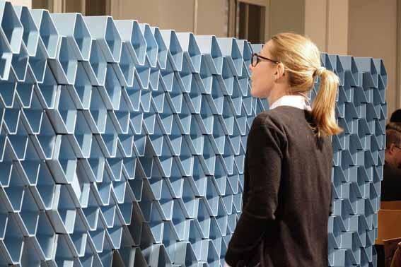 """Die acoustic brick wall RAUSONIC von REHAU ist ein zentrales Objekt der Ausstellung """"Klangwelten"""" in der Schweizer Baumuster-Centrale Zürich. Foto: Copyright by Schweizer Baumuster-Centrale Zürich"""