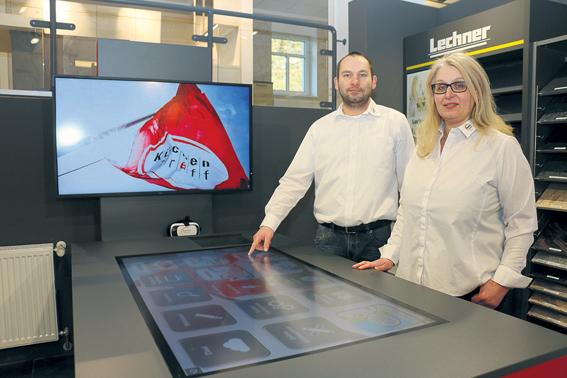 Informative Kundenberatung: KüchenTreff Homberg mit innovativem Beratungstisch (Foto:Julian Klagholz)