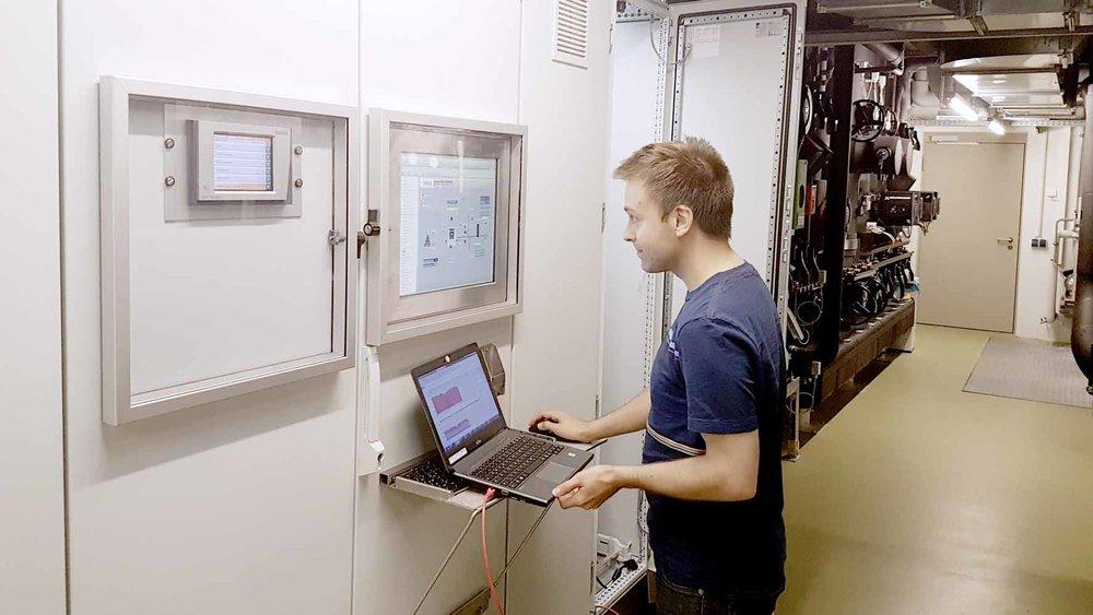 Faktencheck mit der cleveren Energiesoftware: REHAU Mitarbeiter Markus Weiß analysiert die erfassten Daten regelmäßig