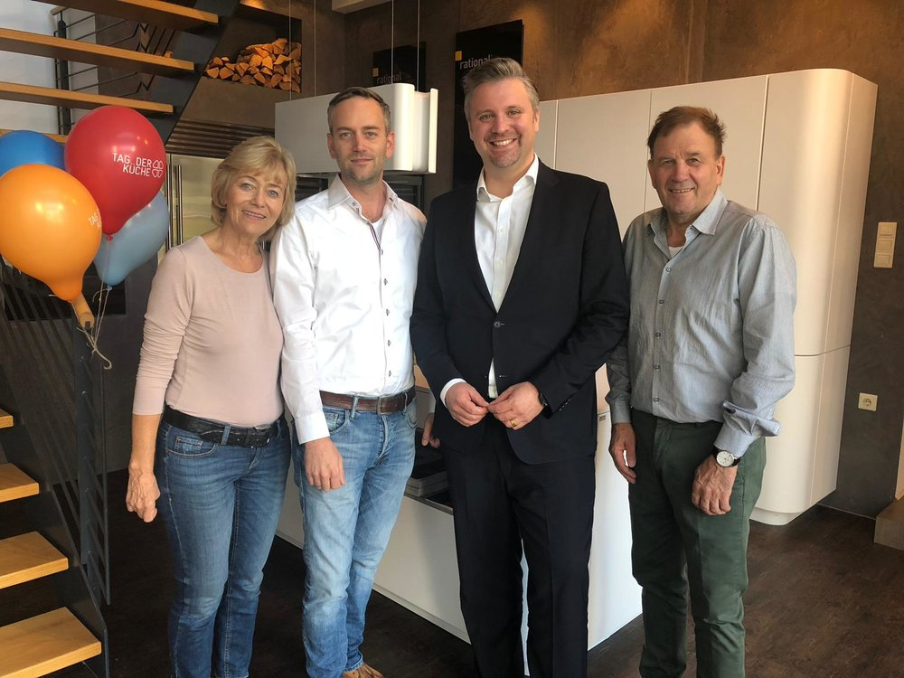 Bei Pfleiderers in Winnenden wird der AMK-Geschäftsführer Volker Irle gleich von zwei Generationen begrüßt.