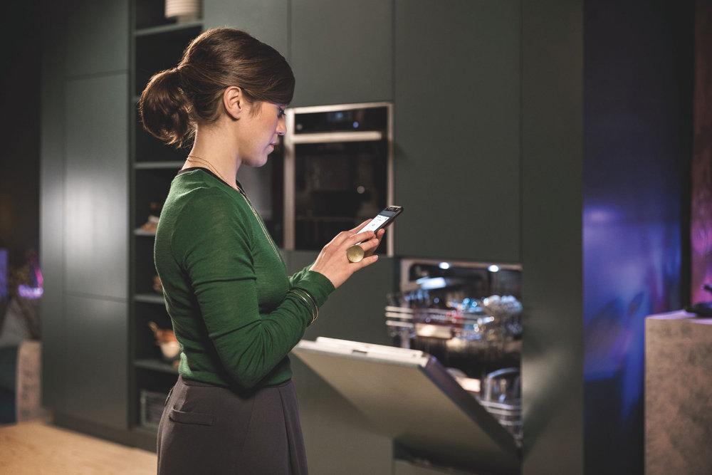 Dieser vernetzte Einbau-Spüler ist nicht nur ergonomisch höher eingebaut, sondern das Gerät lässt sich beispielsweise statt per Smartphone und App auch über Sprachbefehle bedienen und kontrollieren.