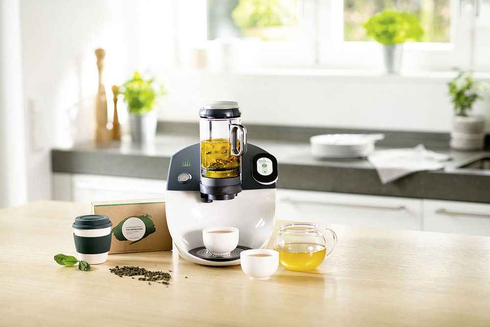 Mit Hightech zu authentischen und anspruchsvollen Tee-Erlebnissen: Das Starter-Set umfasst eine intelligente Teemaschine mit Servierkanne und zwei Teeschalen, einen Becher für unterwegs, eine kleine Teeauswahl zum Kennenlernen sowie eine Filterkartusche und zwei Entkalker. (Foto. AMK)