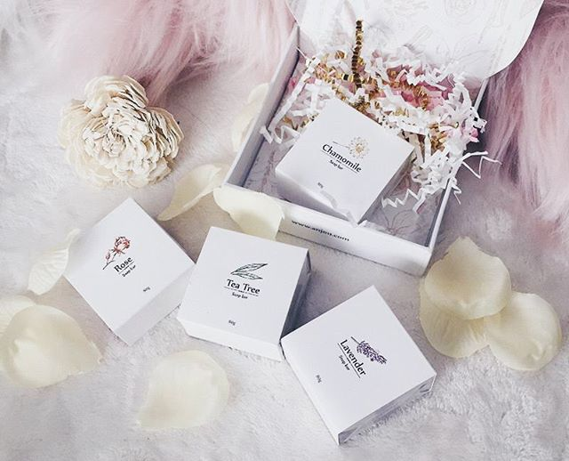 They say that scents have the power to heal. So does a hot #bath. 🛀🏻 But if you want to double the healing power, add a scented #soap bar.😍 Join the #giveaway by @thegoldenjournal . Good luck our kittens!💓✨🐱