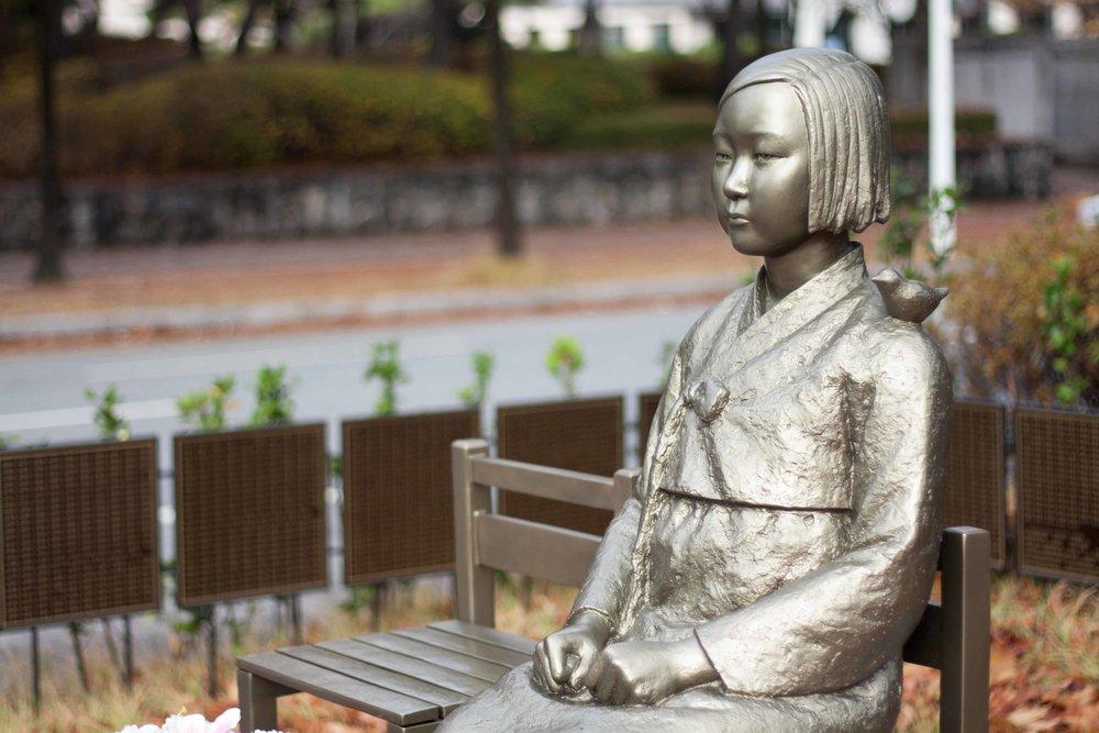 Peace_statue_comfort_woman_statue_위안부_소녀상_평화의_소녀상_(2)_(22940589530).jpg